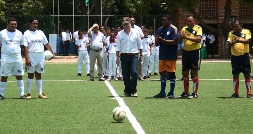 Presidente Santos inauguró cancha de futbol sintética del barrio 12 deoctubre