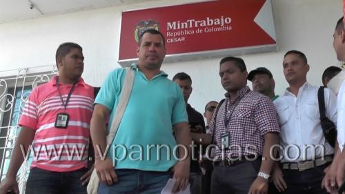 Escoltas de la Unidad Nacional de Protección U N P protestan exigiendo pagospendientes