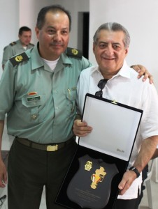 Condecoración a Jorge Oñate (1)