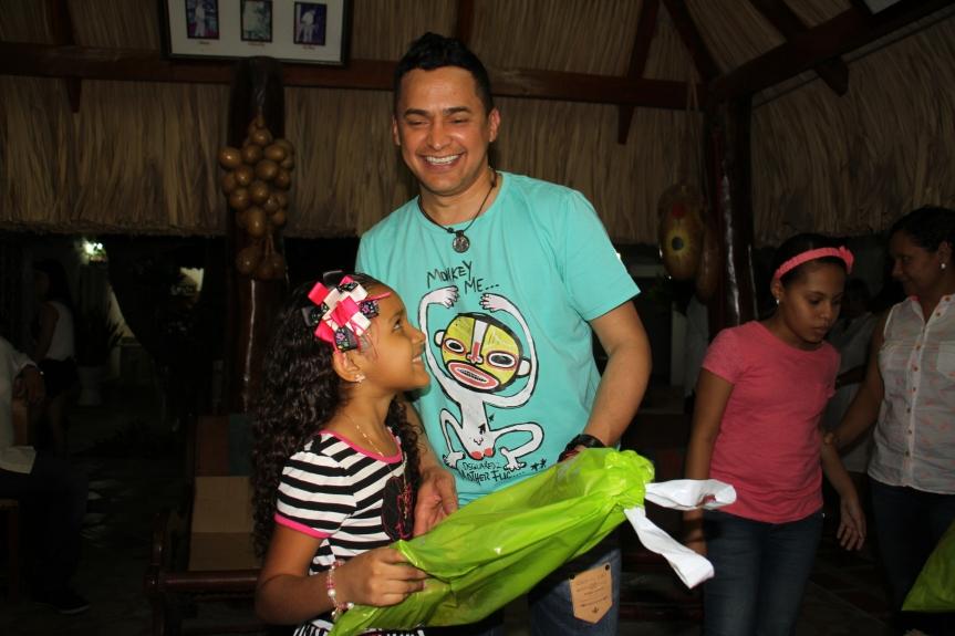 Jorge Celedón alegra laNavidad de los niños de Villanueva (Guajira) su tierranatal