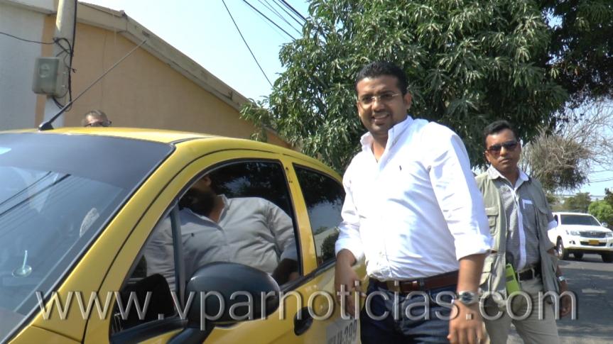 """Alcalde de Valledupar asume el rol de taxista y entrega """"victoriastempranas"""""""