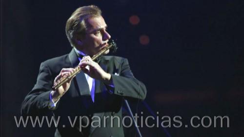 """Magistral interpretación de """"Nació mi poesía"""" por flautista italiano con laSinfónica"""