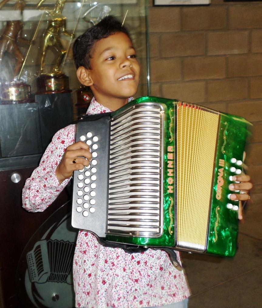 Eudis muestra su talento con el acordeón y lapiqueria