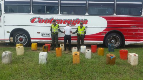 Un bus de pasajeros transportaba 100 galones de combustible decontrabando