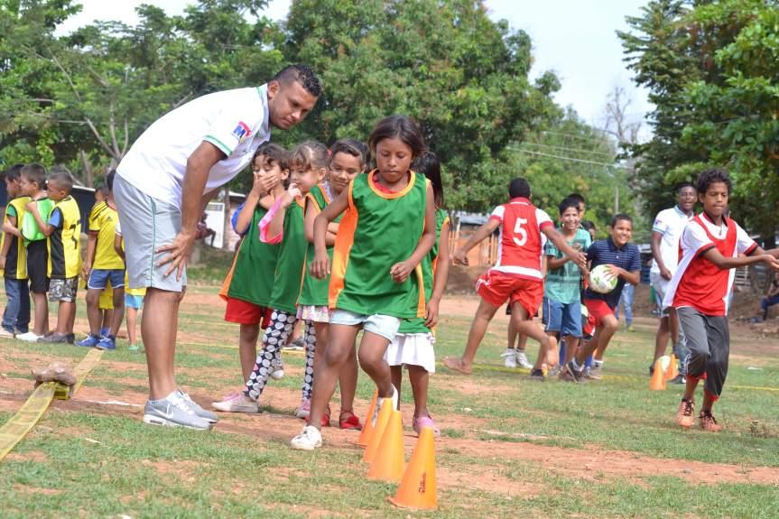 """320 niños aprendieron de los jugadores del Valledupar Fútbol Club en la """"cancha delDengue"""""""