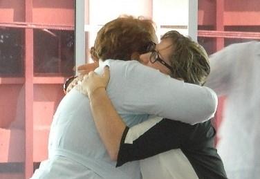Abrazo entre directoras de la Unidad de Atención a Víctimas