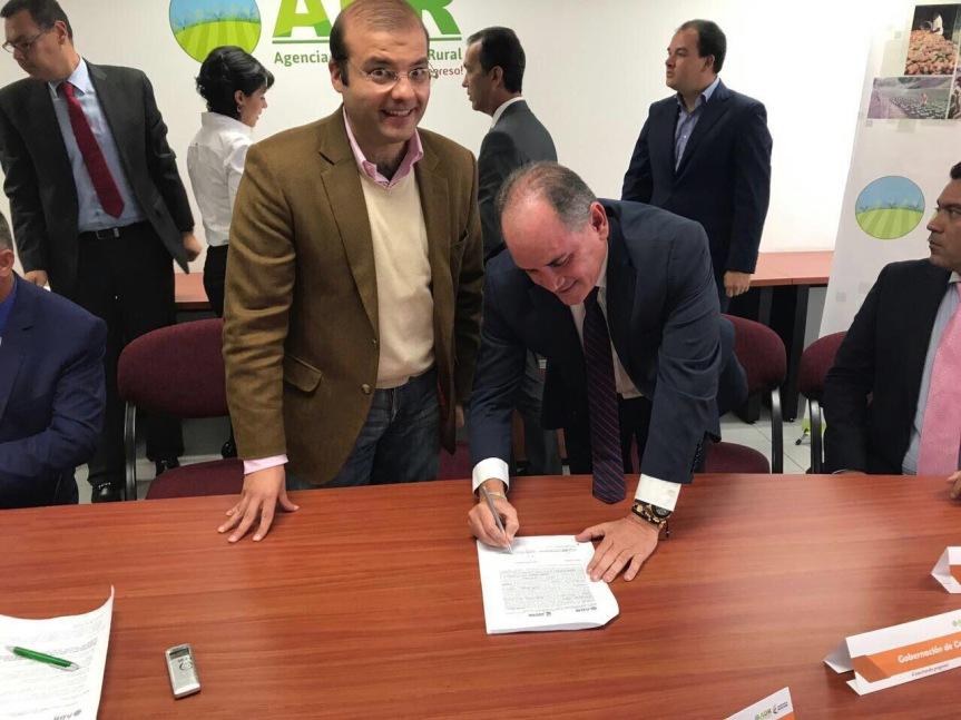 gobernador firmo convenio p asistencia a pequeños productores- ADR