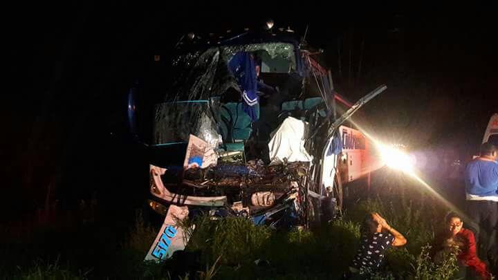 Accidente entre un bus y un camión dejó ambos conductores muertos  y 27heridos