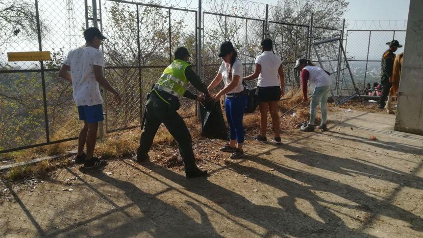 """Policía y jóvenes vallenatos emprenden campaña """"Limpiemos miValle"""""""