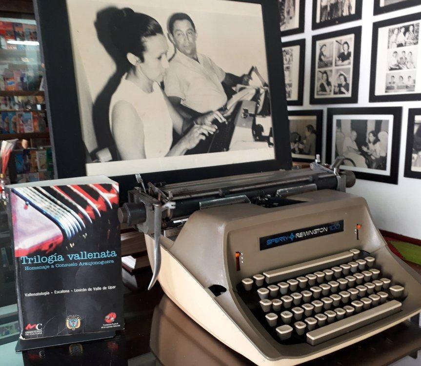 Consuelo Araujonoguera y su eterna máquina de escribir acompañada del maestro Rafael Escalona - Foto Juan Rincón Vanegas