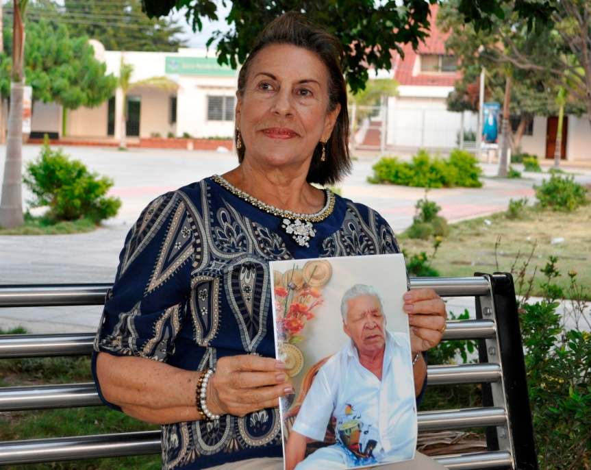 La sandiegana Fanny Rivadeneira con la fotografía del maestro Leandro Díaz - Foto Daniel Gutiérrez Palomino