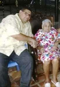 Franklin Pérez Martínez en compañia de su abuela Rosalbina